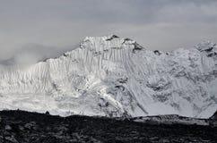 Enormt Himalayan berg Baruntse med glaciärer i Nepal royaltyfria foton