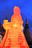 Enormt isdiagram av en kvinna i Moskva Den Maslenitsa dockan Royaltyfria Bilder