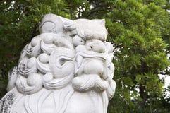 Enormt Komainu hund-lejon som förmyndarestenstatyn på den Izanagi relikskrin arkivfoton