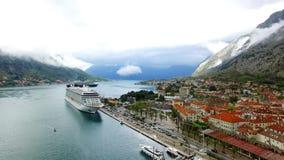 Enormt kryssningskepp i fjärden av Kotor i Montenegro Nära det gammalt stock video