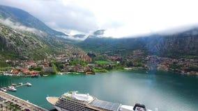Enormt kryssningskepp i fjärden av Kotor i Montenegro Nära det gammalt arkivfilmer