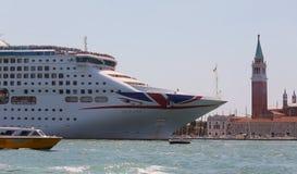 Enormt kryssningskepp i kanalen av GIUDECCA Royaltyfri Bild
