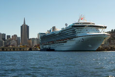Enormt kryssningskepp som förtöjas i San Francisco Arkivbilder