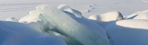 Enormt kvarter av is på snöbakgrunden Royaltyfri Foto