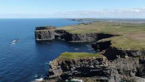 Enormt landskap på den irländska västkusten - flyg- surrlängd i fot räknat stock video