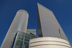 Enormt många golv av en byggnad, skyskrapor med talrika fönster i solljus mot bakgrund för blå himmel Arkivfoton
