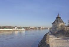 Enormt medeltida torn i Pskov, Ryssland royaltyfria foton
