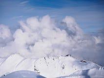 Enormt moln över skida semesterort royaltyfria foton