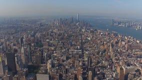 Enormt New York City finansiellt område från ett flyg- perspektiv för fågelöga som förbluffar modern stads- stadshorisont lager videofilmer