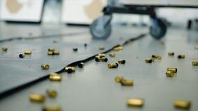 Enormt nummer av skalcasings från kulor som ligger på golvet i rummet Ruskigt skjuta inomhus efter vilket där fotografering för bildbyråer