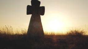 Enormt stena korset mot solnedgången stock video