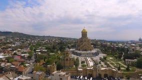 Enormt territorium av domkyrkan för helig Treenighet i Tbilisi, berömd kristen relikskrin arkivfilmer