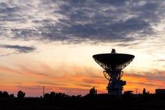 Enormt vitt radioteleskop av en satellit- maträtt mot himlen under solnedgång Royaltyfria Foton