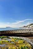 Enoshima die van een Inamuragasaki zichtbaar is. Stock Afbeeldingen