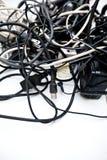 Enredado encima de los alambres, de las conexiones y de los cables. Imagen de archivo libre de regalías