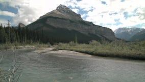 Enrede el pico, río de Athabasca, Alberta 4K UHD metrajes