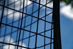 Enrede la caja contra el cielo azul, fondo del concepto imagen de archivo