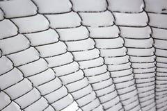 Enrede la cerca bajo capa gruesa de nieve después de nevadas imagenes de archivo