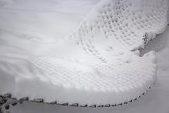 Enrede la cerca bajo capa gruesa de nieve después de nevadas fotos de archivo