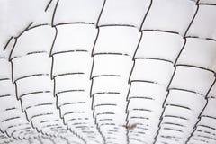 Enrede la cerca bajo capa gruesa de nieve después de nevadas foto de archivo
