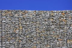 Enrede la pared de piedra y el cielo en el fondo 2 imagen de archivo