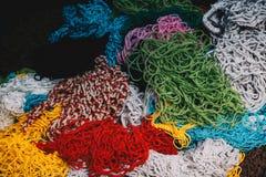 Enrede los bolsos del diverso color en un mercado imagen de archivo