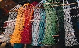 Enrede los bolsos del diverso color en un mercado imagenes de archivo