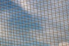 Enrede tejido de una cuerda con una falta de definición en el fondo en los rayos del sol claro contra el cielo azul El cavarar tr fotografía de archivo
