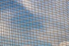 Enrede tejido de una cuerda con una falta de definición en el primero plano en los rayos del sol claro contra el cielo azul El ca foto de archivo