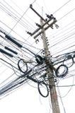 Enredo caótico de alambres en los posts eléctricos Fotografía de archivo libre de regalías