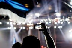 Enregistrement d'un concert avec le téléphone portable Photos stock