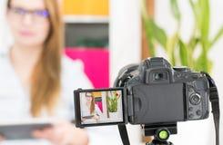 Enregistrement de blog de caméra vidéo Femme de blogger de Vlog image libre de droits
