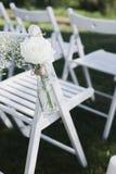Enregistrement de sortie de mariage, chaises blanches décorées pour épouser Photos stock
