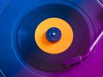 Enregistrement de vinyle sur la plaque tournante photo stock