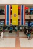 Enregistrement des bureaux d'enregistrement avec accroché au-dessus du grand drapeau thaïlandais photo stock