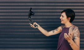 Enregistrement femelle de vlogger son contenu de vlog image libre de droits