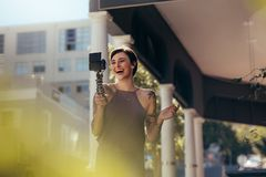 Enregistrement riant de femme un vlog dehors photos libres de droits