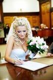Enregistrement solennel de mariage dans le palais de mariage photographie stock libre de droits