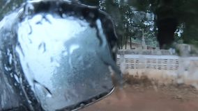 Enregistrement vidéo, conduisant sur un pluvieux, pluie sur le pare-brise À l'intérieur du véhicule clips vidéos