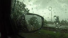 Enregistrement vidéo, conduisant sur une route pluvieuse, pluie sur le pare-brise À l'intérieur du véhicule banque de vidéos