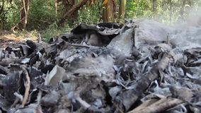 Enregistrement vidéo, déchets brûlants et fumée Le vent violent se lève fumée toxique des déchets brûlants dans l'air et écarte banque de vidéos