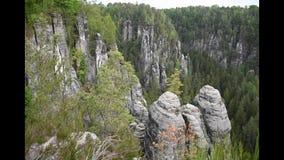 Enregistrement vidéo de canyon dans des roches de grès de Saxon Suisse près de pont de bastei clips vidéos