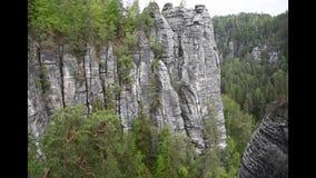 Enregistrement vidéo de canyon dans des roches de grès de Saxon Suisse près de pont de bastei banque de vidéos
