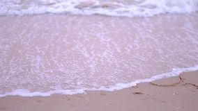 """Enregistrement vidéo du mot """"2018 """"écrit sur une plage sablonneuse lavé par la vague approchante banque de vidéos"""