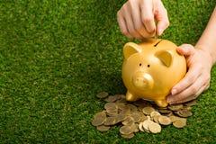 Enregistrer votre argent avec la tirelire photos stock
