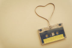 Enregistreur à cassettes avec la bande magnétique dans la forme du coeur Image stock