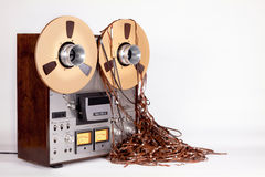 Enregistreur ouvert de platine du dérouleur de bobine d'analogue avec la bande malpropre Photos libres de droits