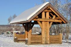 Enregistrez le pavillon de construction au stationnement d'état en Alaska photographie stock