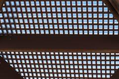 Enrejado de madera en un fondo del cielo azul Fotos de archivo libres de regalías