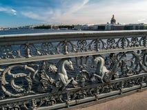 Enrejado del puente del anuncio con las figuras de los agains de los caballos Fotos de archivo libres de regalías
